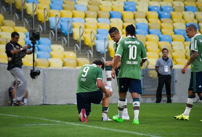 "Fred ""lustra"" a chuteira de Cícero após assistência contra o Figueirense (Foto: Bruno Haddad / Fluminense FC)"