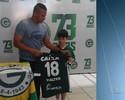 Garoto chora ao conhecer Walter e ganha do ídolo uma camisa do Goiás