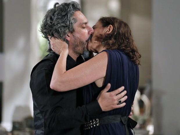 Zé Alfredo surpreende Marta com beijaço (Foto: Felipe Monteiro/ Gshow)