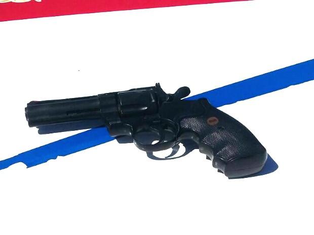 Arma de brinquedo utilizada no roubo dos celulares em Planaltina (Foto: Polícia Militar/Divulgação)