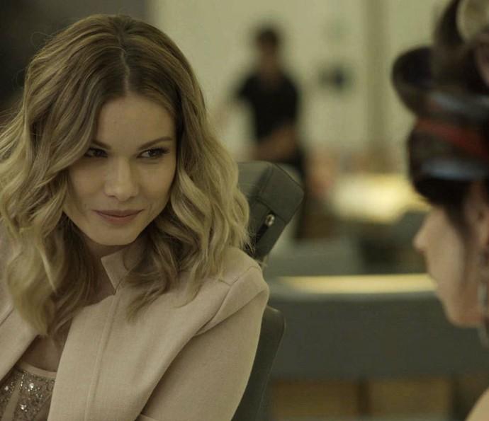 Jéssica fala para Carmela colocar as suas joias na bolsa de Shirlei (Foto: TV Globo)