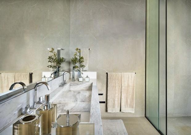Banheiro da suíte master. O piso e as paredes são revestidos de quartzito Cristallo, e a bancada é de mármore branco (Foto: Jomar Bragança / Divulgação)