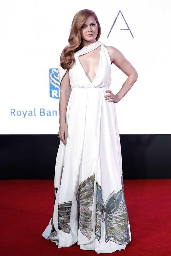 Amy Adams abusa do decote em pré-estreia (Foto: Getty Images)