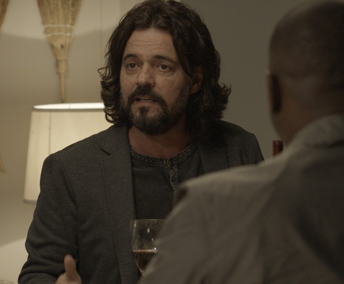 Bernardo sai em desefa de Dorotéia durante jantar (Foto: TV Globo)