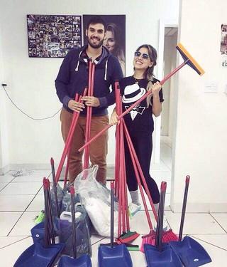 Vanessa Mesquita recebendo doações de materias de limpeza do amigo João Paulo Vivas  (Foto: Reprodução / Instagram)