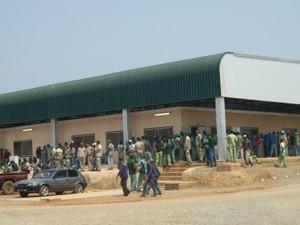"""Segundo ação do MPT, trabalhadores foram submetidos a """"condições degradantes de trabalho"""". Na foto, área externa do refeitório (Foto: BBC)"""