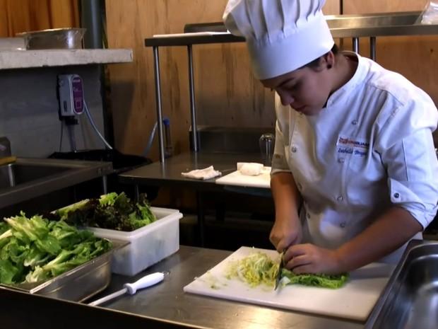 Restaurante usa sobras de comida da Olimpíada para servir refeições sofisticadas a pessoas em situação de necessidade (Foto: BBC )