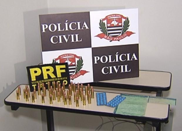 Com os policiais, foram apreendidas munições e comprimidos (Foto: Reprodução / TV Tem)