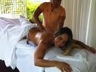 Mulher Melão posa para foto durante massagem e mostra cofrinho