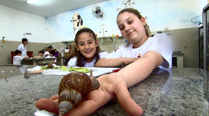 A criançada se diverte e aprende quando têm contato com o escargot (Foto: reprodução EPTV)