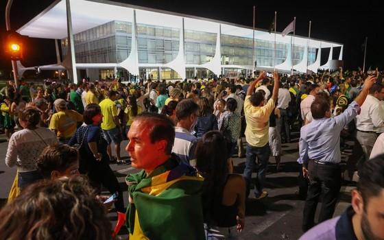 Manifestantes fazem protesto contra a nomeação do ex-presidente Luiz Inácio Lula da Silva   para o Ministério da Casa Civil e exibem faixa em apoio ao juiz Sérgio Moro na frente ao   Palácio do Planalto, em Brasília (Foto:  André Coelho / Agência O Globo)