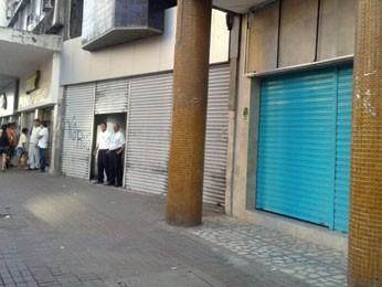 Comerciantes da região fecharam as portas durante passagem da passeata  (Foto: Luna Markman/G1)