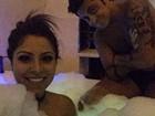 Só de sunga, Thammy Miranda toma banho de banheira com a namorada
