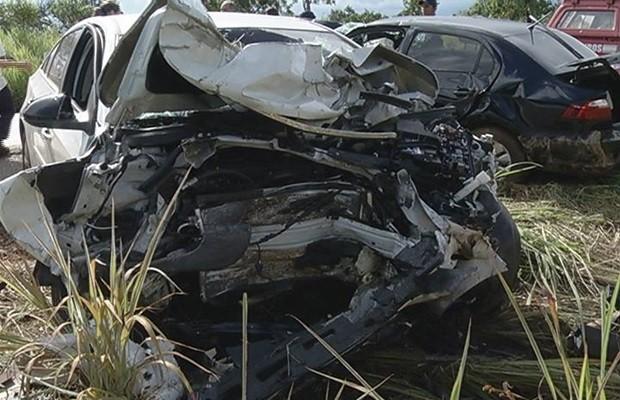 Carro em que estava a prefeita e a família ficou completamente destruído (Foto: Marcos Carvalho/TV Anhanguera)