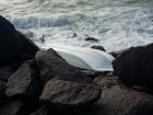 Barco vira e fica preso em pedras perto do Parque de Esculturas
