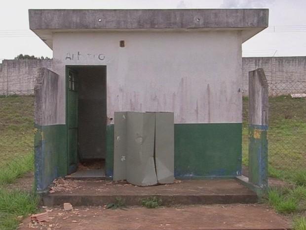 Banheiro fica em um campo de futebol abandonado (Foto: Reprodução/ TV TEM)