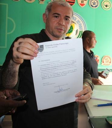 Tiago Vasconcelos protocola denúncia na FFP (Foto: Joana D'arc Cardoso/GloboEsporte.com)