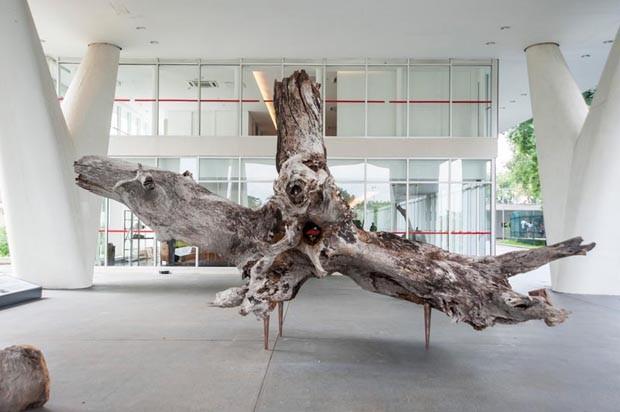 Hugo França cria obra de arte com tronco de quatro toneladas (Foto: Divulgação)
