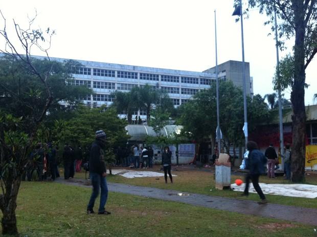 Alunos jogam bola em frente á reitoria da USP (Foto: Ana Carolina Moreno/ G1)