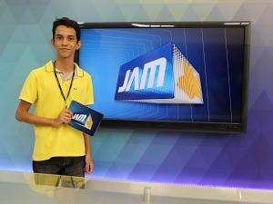 Jovem brincou de ser apresentador do Jornal do Amazonas (Foto: Katiúscia Monteiro/ TV Amazonas)