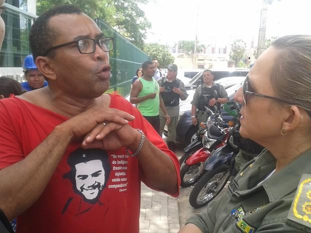 Líder comunitário tenta acordo após chegada da Polícia Militar (Foto: Gustavo Almeida/G1)