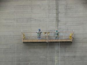 Profissionais trabalham na reparação da barragem de Jucazinho (Foto: Joalline Nascimento/G1)