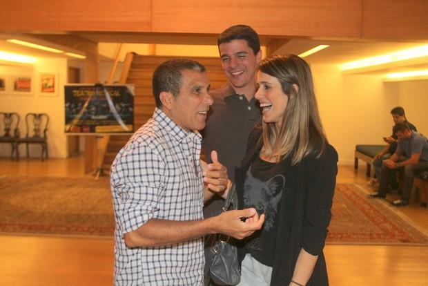 Fernanda Pontes e Diogo Boni riem com Eri Johnson (Foto: Daniel Delmiro/Ag News)