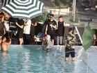 Candice Swanepoel posa com o filho durante sessão de fotos na piscina
