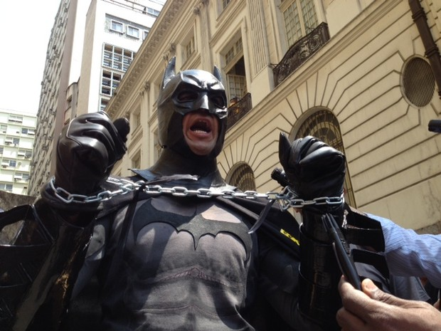 Batman volta à Câmara Municipal para apoiar professores em greve (Foto: Mariucha Machado/G1)
