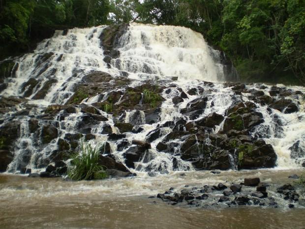 Com queda de 25 metros, a cachoeira Chicão 1 está entre as mais procuradas de Faxinal (Foto: Divulgação/Prefeitura de Faxinal)
