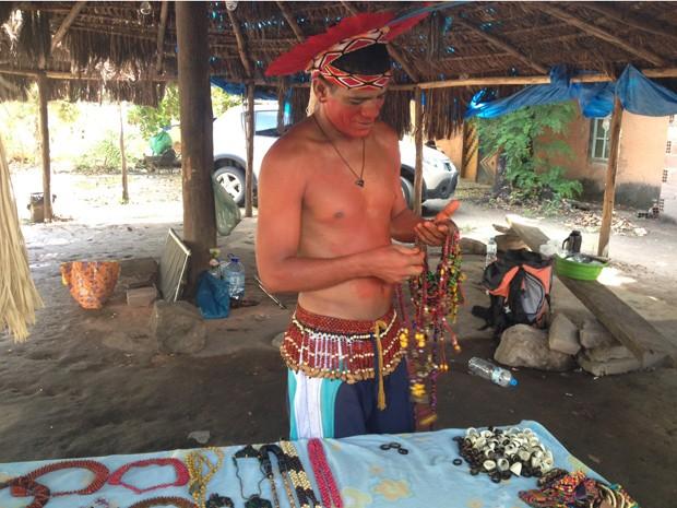 Kamayura vende artesanato indígena no terreno do museu (Foto: Janaína Carvalho)