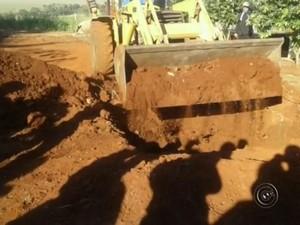 Máquina foi usada para enterrar homem em Areiópolis (Foto: Reprodução/TV TEM)