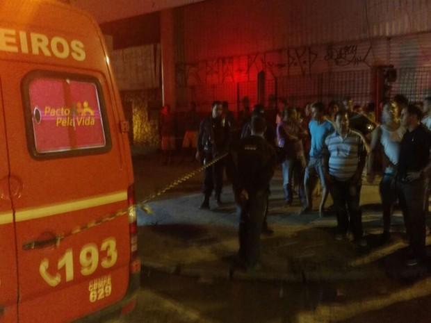 Viatura dos Bombeiros interceptada por bandidos na execução de suspeito de assalto a puzaaria (Foto: PMPE/WhatsApp)