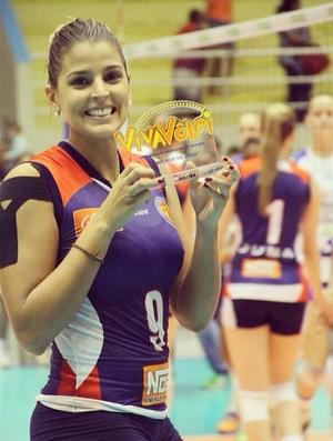 Mari Paraíba comemora Troféu Viva Vôlei (Foto: Reprodução / Instagram)