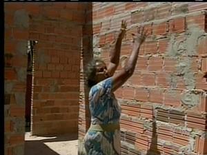 A casa prometida para a aposentada nao foi terminada (Foto: Reprodução/TV Anhanguera TO)