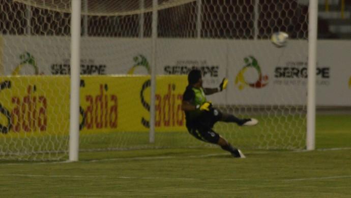 Goleiro Rudson cai para um lado e a bola vai no outro: gol de Lima, do CRB (Foto: João Áquila/GloboEsporte.com)