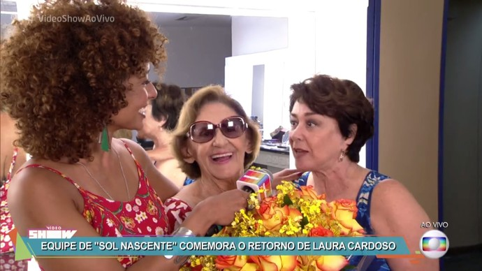 Laura Cardoso é recebida por Alinne Prado e Nivea Maria (Foto: TV Globo)