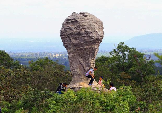 Visitantes sobem em formação rochosa que lembra formato da taça da Copa do Mundo em parque na Tailândia (Foto: AP)
