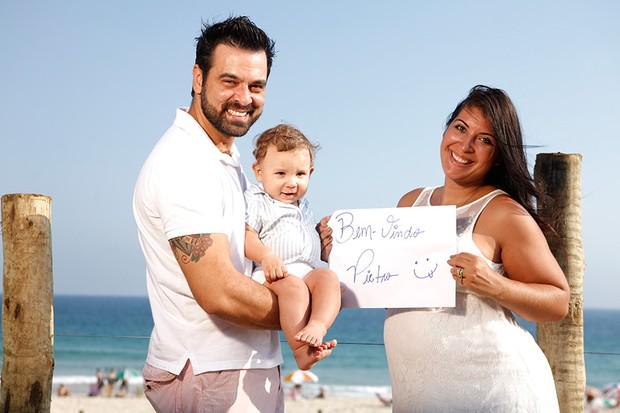 Priscila Pires posa com a família (Foto: Marcos Serra Lima / EGO)