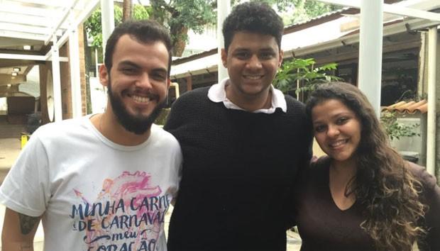 """Gabriel Gomes, Lucas Clementino e Michelle Egito (da esq. para a dir.), três dos oito integrantes do """"Bastardos da PUC-Rio""""; para eles, alunos bolsistas precisam entender que universidade também é """"100% deles (Foto: Jefferson Puff/BBC Brasil)"""