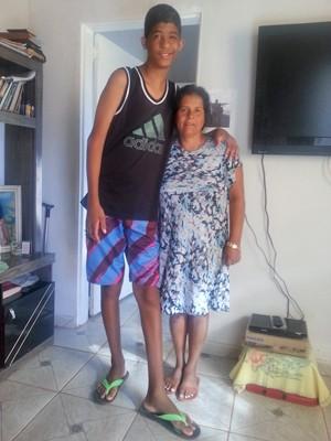 O brasiliense Sérgio Gabriel Ribeiro Gomes, de 10 anos, que sofre de gigantismo, e a mãe, Ricardene Ribeiro (Foto: Raquel Morais/G1)
