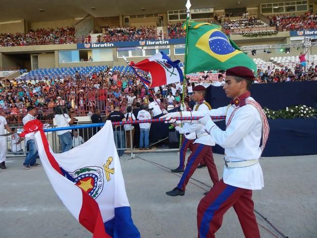 Estudantes do Colégio Tiradentes também desfilaram (Foto: Karina Dantas/G1)