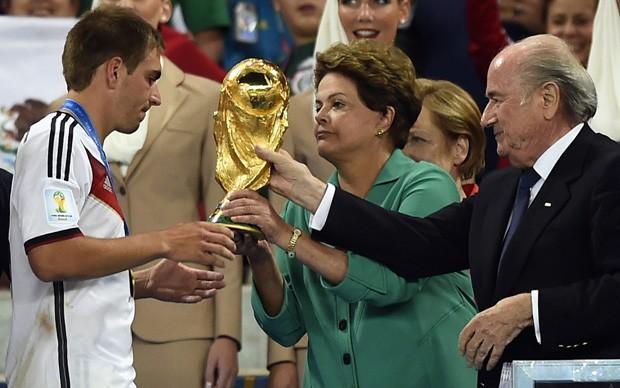 A presidente Dilma Rousseff entrega a taça da Copa do Mundo ao capitão da seleção da Alemanha, Philipp Lahm (Foto: FABRICE COFFRINI/AFP)