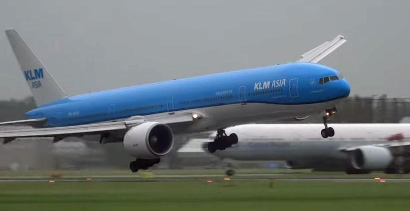 Imagem mostra Boeing 777 inclinado segundos antes de tocar o solo (Foto: Reprodução/Youtube/17splinter)