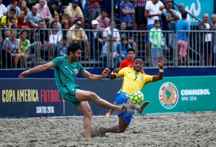 Bokinha disputa a bola com o goleiro chileno Echevarria na praia do Gonzaga  (Foto: Marcello Zambrana / DGW)