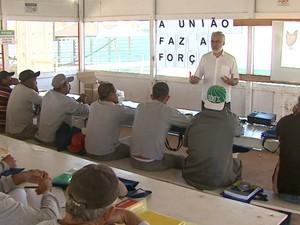 Funcionários de obra têm aulas ao lado do prédio que estão construindo (Foto: Marlon Tavoni/EPTV)