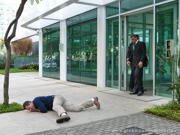 Bruno é jogado no chão pelos seguranças do prédio (Foto: Amor à Vida/TV Globo)