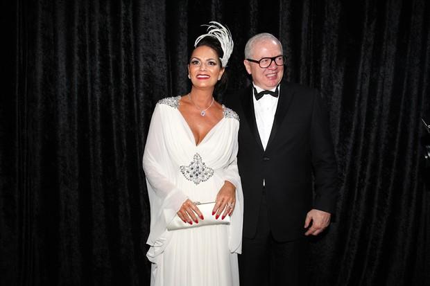 Luiza Brunet com o namorado, Lírio Parisotto, em baile da gala da revista 'Vogue' em São Paulo (Foto: Manuela Scarpa/ Foto Rio News)