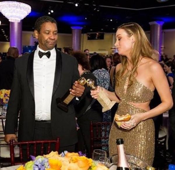 """Brie Larson, com um hambúrguer em uma mão e uma estatueta na outra,  fez um """"brinde"""" com o ator Danzel Washington durante o Globo de Ouro (Foto: Reprodução / Instagram)"""