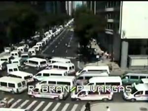 Vans chegam à Avenida Rio Branco (Foto: CET-Rio)